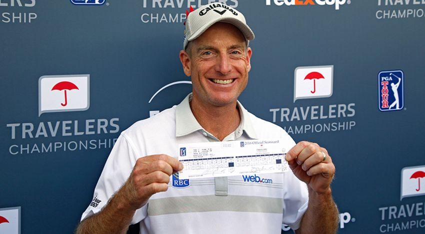 Jim Furyk with the history-making scorecard